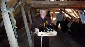 Broder Henrik bærer de hellige dråber fra Westvleteren og Sct. Bernardus