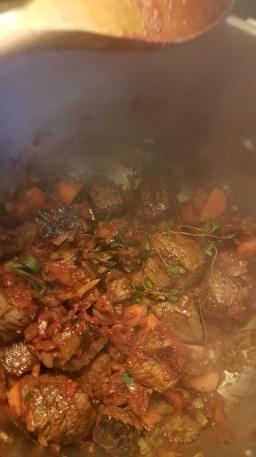 Da kødet var brunet godt af, røg det over i trykkogeren sammen med rosmarin, timian, laurbærblade og tomatpuré.