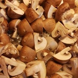 Mit supermarkeds udvalg af svampe var lidt sølle, men de brune champignon, som tilmed var danske, så rigtig fine ud. De blev stegt ved relativt høj varme.